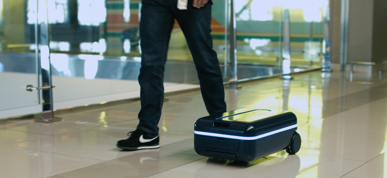 """ユーザーの位置を補足して自動追尾!""""自走式""""スーツケースが日本上陸"""
