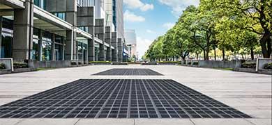 人や車が乗ってもOK! 道路埋め込み式の太陽光発電システムがドイツで誕生